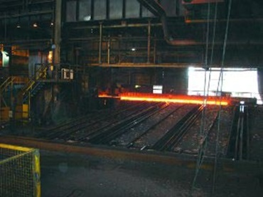 energy chains® for indoor magnet cranes. The steel rails are exposed to extreme temperatures here during the casting and molding process